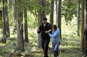 Skogen som klassrum. Fredrik Englund som är musiklärare på både Ås och Järnboås skola leds runt i skogen med ögonbindel, ett sätt att lära känna träden utan att använda synen.Foto: Sofia Gustafsson