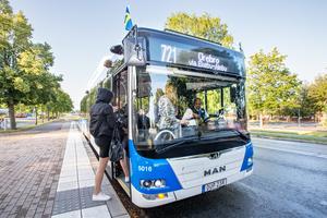I den styrande i Örebros budget för 2020 slopas subventioner för länsbussresor i kommunen. Det blir alltså dyrare att åka buss för de som inte bor i Örebro stad.