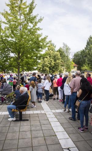 Kön till de 2000 portionerna var lång, så pass att den nådde upp till hörnet på Kungsgatan.