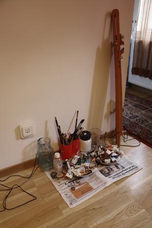 Emellanåt tar måleriet över hela lägenheten. Då står tavlor överallt. Men annars tar måleriet inte så stor plats.