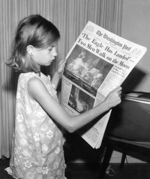 En flicka läser i Washington Post om de första astronauterna på månen 1969. Foto: Jack Weir