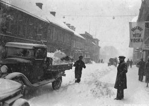 Snöröjning av Drottninggatan 10, 8, 6 och 4 på 1930-talet. Foto: Eric Sjöqvist, Örebro