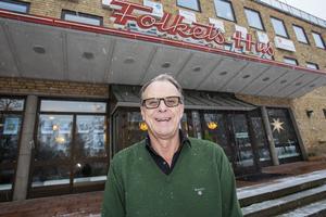 Sören Ahlström drev tidigare godis- och videobutiken Hemmakväll vid Rådhuset. Sedan i våras jobbar han i teaterrestaurangen i Folkets Hus.