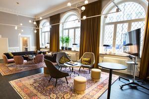 Den tidigarebanklokalen är inredd i elegant stil med möbler och gardiner i sammet.