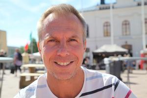 Niklas Marklund väntar på sin fru för en lunch.