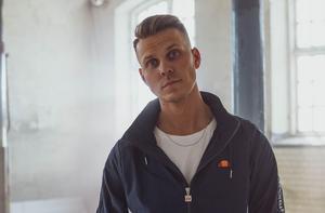 Artisten Klockrent, eller Max Huss som han heter, har valt att satsa på musiken och sagt upp sig från jobbet inom tidningsbranschen. Pressbild.