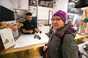 Helvi Niemi från Odensala köpte två begravningsrosor till en äldre kvinna som inte vågade sig ut i blixthalkan i onsdags. Mohammad rådde Helivi  att lägga blommorna i sitt emballage i kylskåpet för att de garanterat skulle vara fräscha nästa dag.