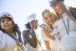 Skratt och knas med tjejkompisarna Nadja, Tilde och Emilia.