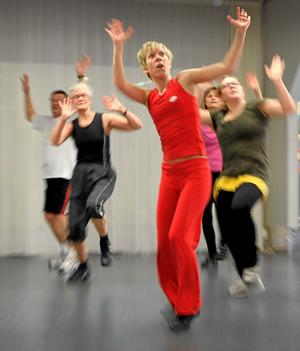 I frigörande dans improviserar deltagarna själva sina rörelser, en stark kontrast till många danspass på gym där fokus ligger mer på synkronisering och prestation. (Bilden tagen i ett annat sammanhang) Arkivfoto: Anders Wiklund TT