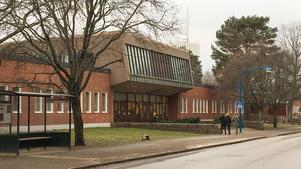 Gröndalsskolan – som är byggd på 1960-talet – har en jättefin entré som även ger ljusinsläpp till skolans aula. Men vissa ytor i Gröndalsskolan används knappt alls i dag. Därför finns plats för åtta nya klassrum samt ett antal grupprum.