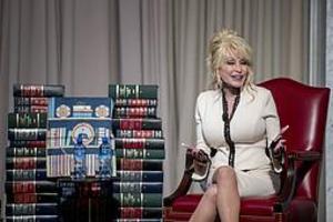 Dolly Parton vid uppmärksammandet av att hennes organisation