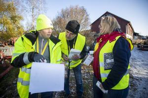 Josefine Palmcrantz går igenom mätningsrutiner med Felix Kuffner och Anna-Karin Eriksson som själva jobbar med mätningar och analyser på kärnkraftverket i Forsmark.