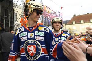 Strax efter klockan 17 på fredag kliver Elias Pettersson upp på Centraltorgets scen i Ånge för att hyllas för sina framgångar i rinken säsongen 2017/2018.Foto: Mikael Fritzon/TT