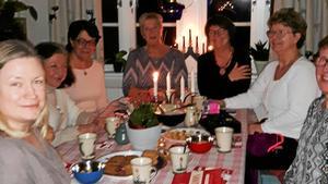 En del av gruppen på decemberträffen hemma hos Mia Eliasson .