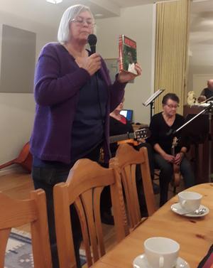 Lisbeth Lindgren-Bergqvist berättar om fredspristagaren Denis Mukwege och hans verk i östra Kongo. I handen håller hon en bok som han skrivit om sitt arbete.