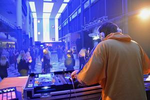 DJ Benjamin Johansson, eller Franklin, styrde musiken på ett av festens två dansgolv.