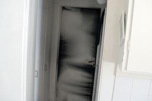 Bakom dörren går trappan ner till källaren, där branden startade. När Basim Jerri Yousif vaknade såg han hur röken trängde in i lägenheten.