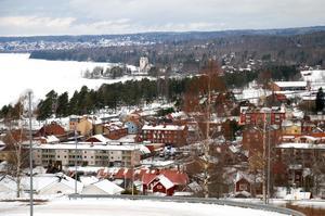 På en mycket begränsad yta – mellan Siljan och butikerna  och bebyggelsen – i centrala Rättvik finns två stora och viktiga kommunikationsleder; Siljansbanan och Riksväg 70.