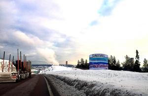 Välkomstskylten söder om Sundsvall är omgiven av Kubals massiva skorstenar.