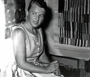 Inledningsvis handlade Gerds konstutövande om textildesign. Här ses hon på en bild tagen under arbete vid vävstolen. Foto: Privat