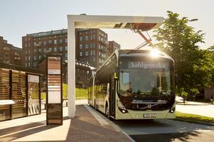 De nya elbussarna, med plats för 150 resenärer, snabbladdas via takanslutning på hög effekt på tre till sex minuter. Foto: Electricity