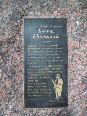 Minnesplaketten som sitter på en sten i Torsten Ehrenmarks egen park i Örebro. Arkivbild