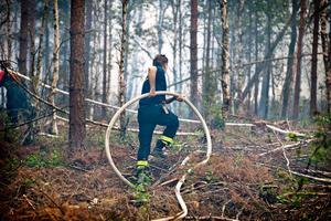 Under brandens första dag kämpar räddningstjänsten i skogarna mellan Seglingsberg och Öjersjön.