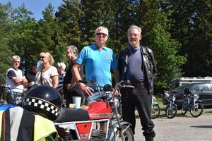 Lars Blidfors  ungdomsmoped Gilera 50 fungerar fint som fikabord. Bo Karlsson (t.h.) har inte kvar sin ungdomsmoped, men har köpt en exakt likadan.