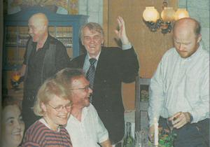 Det jublades på restaurang Venezia när valskrällen var ett faktum i september 1998. På bild syns dåvarande partikollegorna Leonard Ljungdahl och Risto Astros jubla. Till höger står Stig och noterar att det var glasklart på valnatten.
