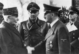 15154 personer förlorade sitt franska medborgarskap under den så kallade Vichy-regimen. På bilden: Vichy-regeringens chef Philippe Petain hälsar på Adolf Hitler.