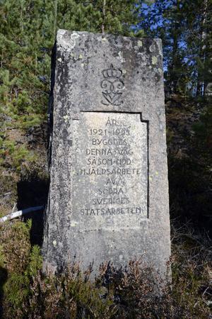 Den gamla stenen med sin minnestext över de som en gång byggde vägen till Filipstad.