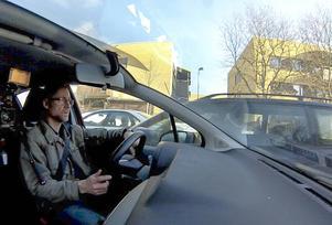På Tredje Tvärgatan stannar inte mötande fordons förare för hinder i sin väg och backspeglarna krossas.