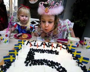 Att ha ett tema för ett barnkalas har blivit allt mer populärt. Klara, 5 år, önskade sig ett maskeraddiscokalas. Det blev helt perfekt! Foto: Mikael Hellsten