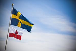 Den svenska flaggan följeslagen av den Gibraltiska.