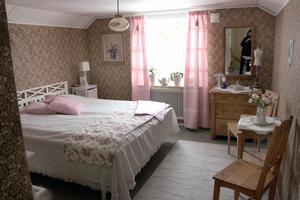 Pepparkaksbruna väggar med rosa kristyr, gardinerna har Carina vävt.