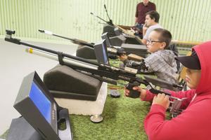 På torsdagarna är skyttelokalen öppen för barn och unga att träna luftgevärsskytte.
