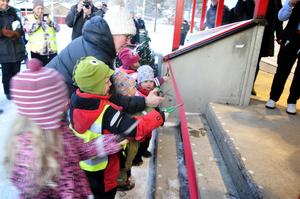 Barn från Åtegårdens föräldrakooperativ i Stugun klippte bandet till invigningen.