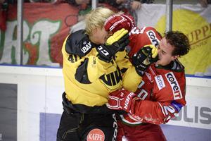 Understundom till publikens förtjusning råkar hockeyspelare ibland i slagsmål på sitt arbete. Straffet brukar inskränka sig till några minuters utvisning men händer något liknande ute i samhället kan reaktionen bli avsevärt hårdare. Det har två kommunanställda i Ludvika fått erfara. Foto: Erik Månsson/TT