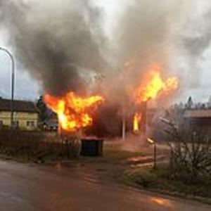 En pojke fick hoppa från övre våningen i villan, så en brand utbröt på onsdagsmorgonen.