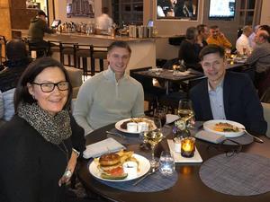 Johanna Boman, Gustav Lindström och Anders Lindström gick ut och åt tillsammans. Foto: Privat