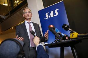 SAS vd Rickard Gustafson under torsdagskvällens presskonferens på SAS huvudkontor i Frösundavik. Bild: Fredrik Persson/TT