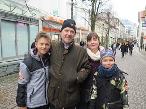Simon och Anders Danielsson med Corin och William Krisen skulle in till stan för att fika, för att komma ut lite efter julfirandet.