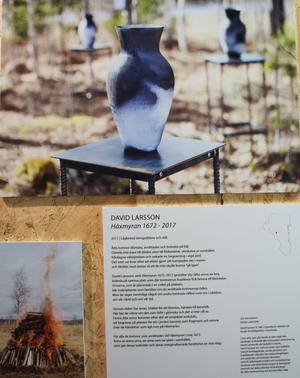 Så här beskrivs David Larssons konstinstallation Häxmyran 1672-2017. Överst en bild på en av urnorna och nere till vänster en bild på bålet bestående av tio kubikmeter ved..