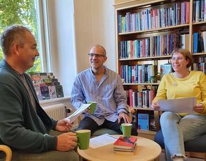 Litteraturpedagogen Henrik Wig leder prova-på-gångerna med shared reading på Skövde stadsbibliotek. Foto: Privat