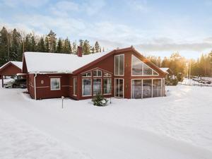 På Trollarudden 8 finns stora fönster ut mot sjön Runn. Foto: Patrik Persson