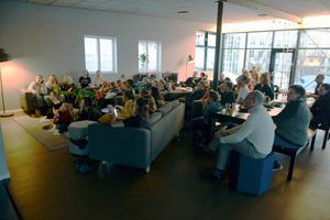 Flera elever, lärare och föräldrar hade samlats i Engelska skolans personalrum för att se finalen tillsammans.