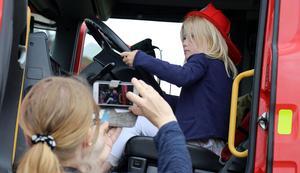 Räddningstjänsten bjöd in till möjligheten att ratta brandbil .