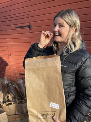 Bagaren Lina Lundmark på Jansons bröd får en påse av vårt surdegstunnbröd och blir glad!