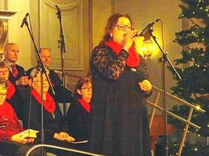 """Linn Bodins vackra stämma kan man inte gå förbi då hon sjunger """"Gå inte förbi"""". Foto: Kjell Larsson."""
