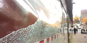 På väg ner mot centralen ska skytten ha avlossat skott mot fönsterrutor.